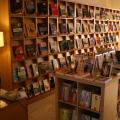 Livraria com estante cheia de livros